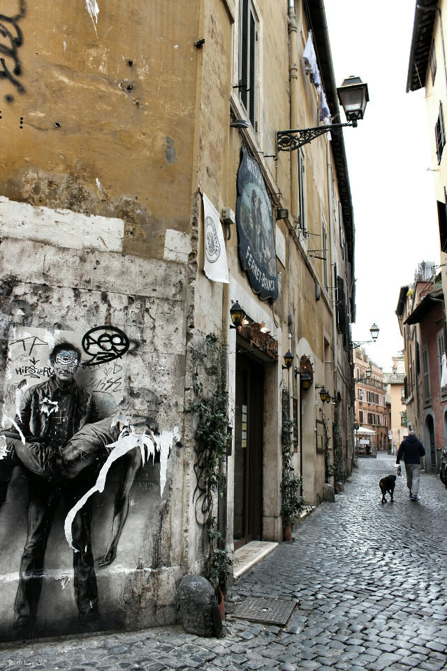 Un pezzo della mia amata Roma per te @valed79  happy birthday con la speranza di poterti un giorno fare da guida per i vicoli di trastevere!  #emotions #hdr #photography #retro #vintage #travel #mycity #streetphotography #roma #streetartists #people #street